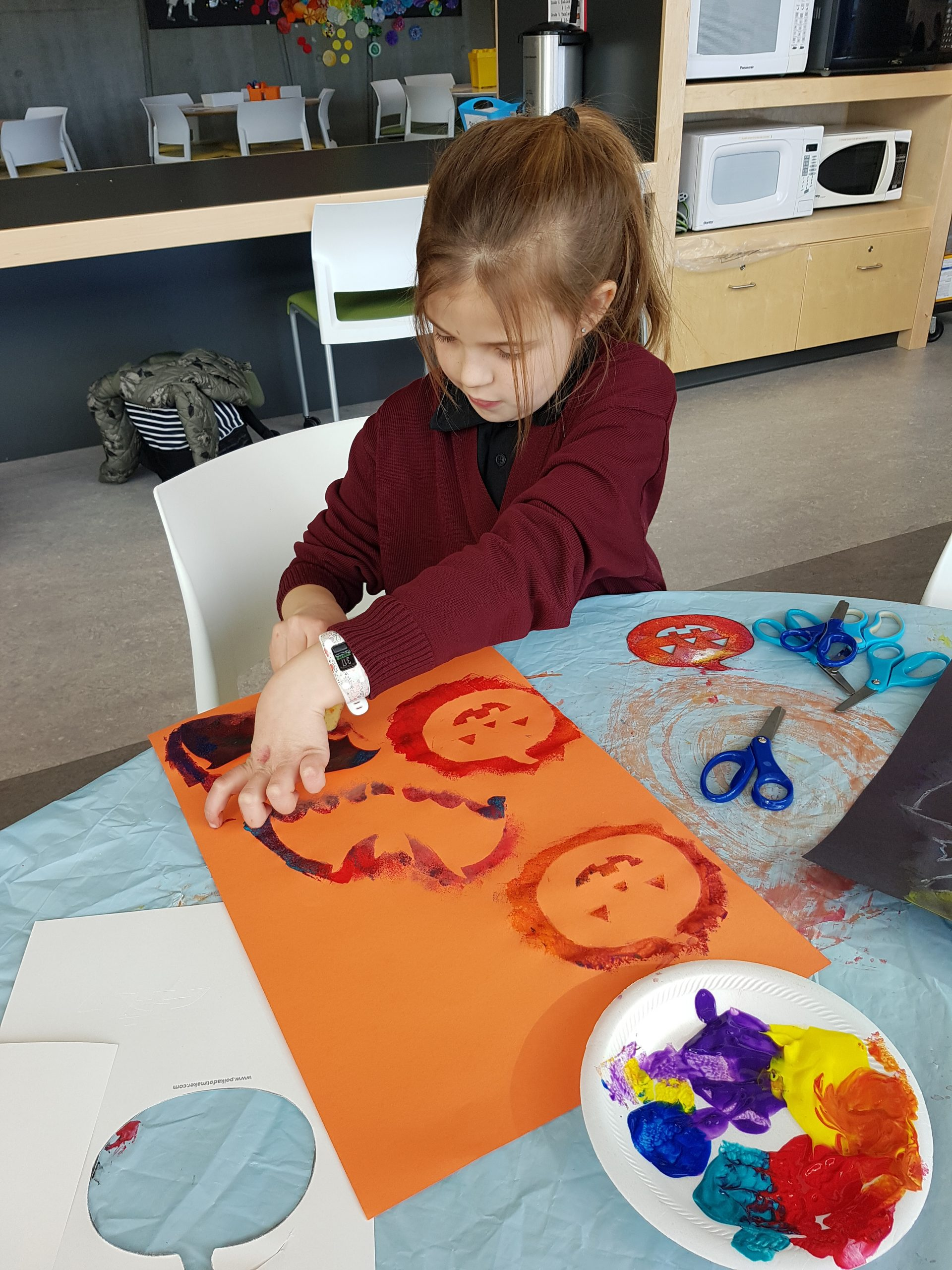 Curiosity Lab - Girl painting a picture